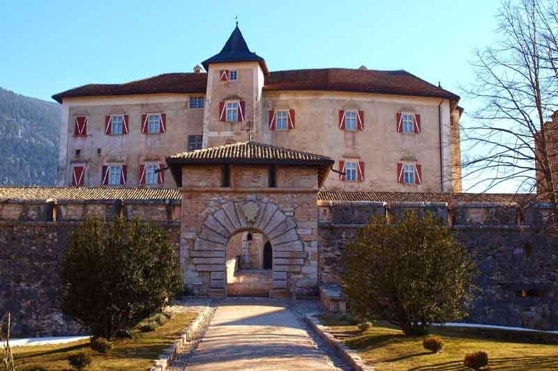 Castel Thun, fra i più bei castelli medioevali d'Italia.